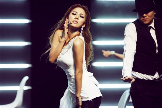 Lee-Hyori-rocks-Gaon-chart-with-Bang