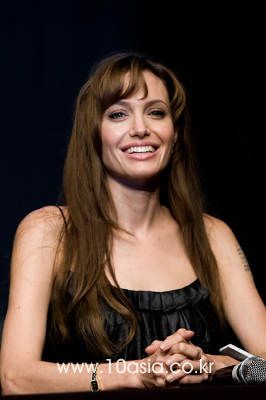 PHOTO Angelina Jolie smiles at Salt press conference