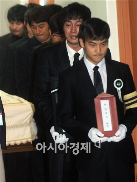 Park Yong-ha's coffin borne out of St. Mary's Hospital