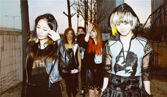 f(x) tops music chart in the Philippines